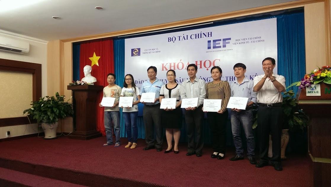Học viên nhận Chứng nhận hoàn thành khóa học